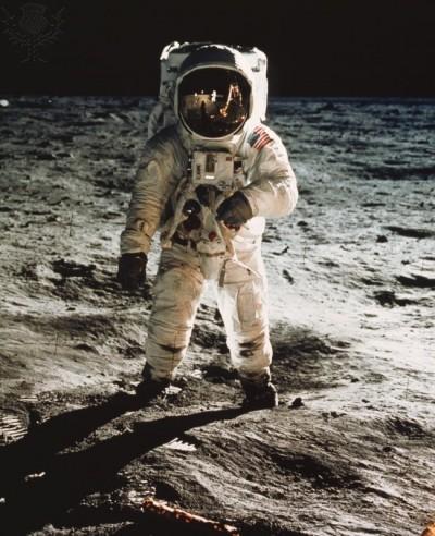 1969년 닐 암스트롱과 함께 달에 착륙한 에드윈 버즈 알더린이 달 표면 위에 서 있는 모습. 당시 우주복은 걷기용으로 만들어진 것이 아니었다. - NASA 제공